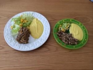 Bolo de carne com purê de mandioquinha e salada de alface americana com manga